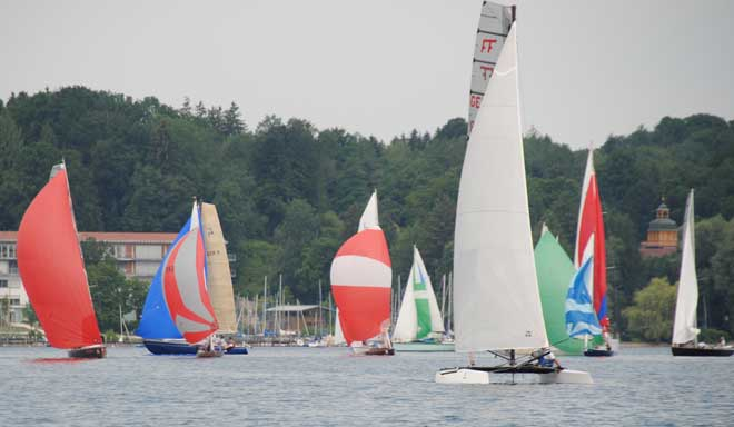 blaues-band-des-chiemsee-yachtclubs-an-robert-egner